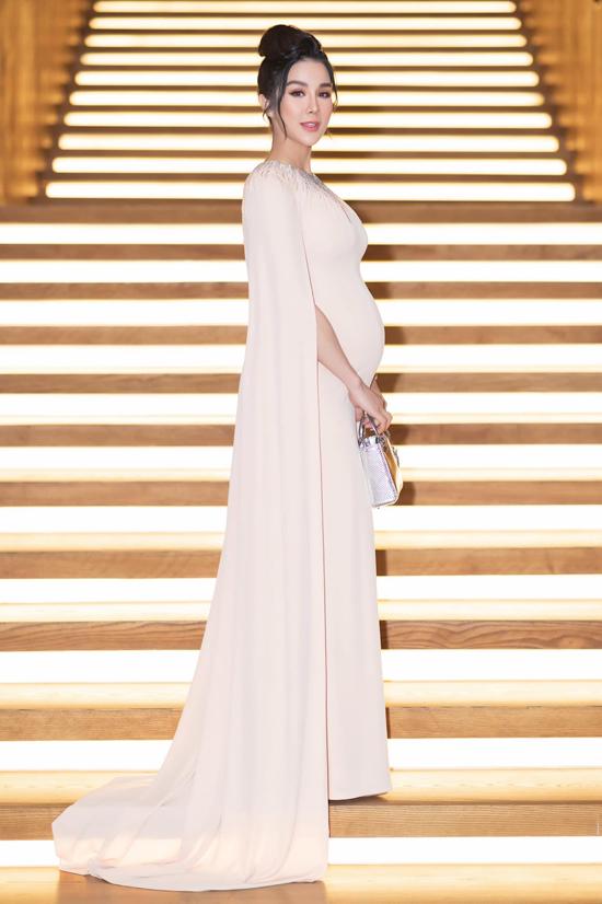 Váy dạ hội dáng đuôi cá, váy ôm khít eo, váy xẻ... vẫn là trang phục được Diệp Lâm Anh ưu tiên khi đi sự kiện dù đang mang thai.