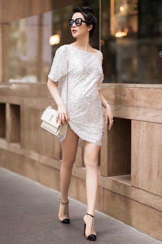 Váy áo hợp mốt và túi hiệu đúng trend cũng được Diệp Lâm Anh liên tục cập nhật để thể hiện sự sành điệu cùng xu hướng mới.