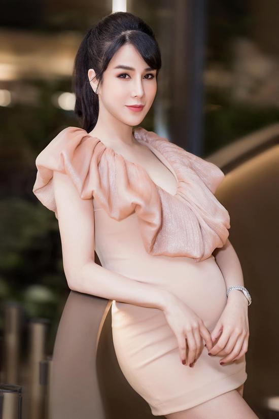 Tự hào về vẻ đẹp của phụ nữ trong giai đoạn thai kỳ vì thế Diệp Lâm Anh tự tin diện nhiều kiểu váy ôm, váy ngắn sexy.