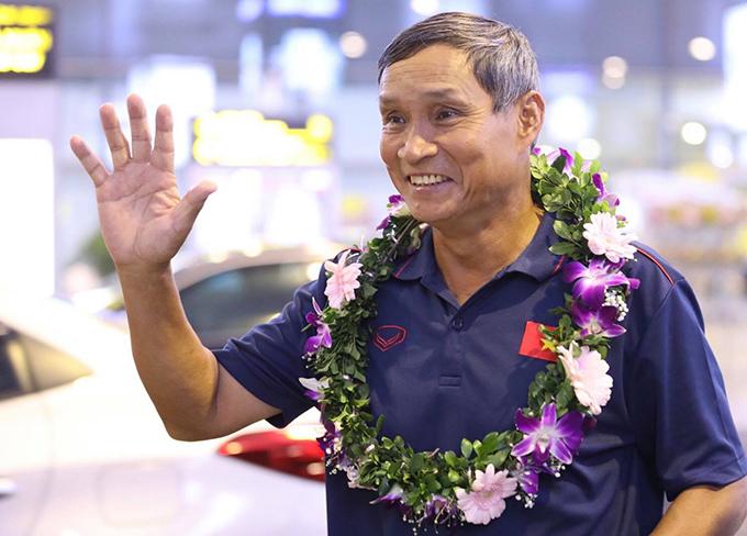 HLV Mai Đức Chung vẫy tay chào người hâm mộ khi về đến sân bay Nội Bài tối 28/8. Ảnh: Ngọc Thành.