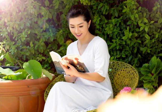 [Caption] Khi có thời gian chị đọc sách, tập Yoga. Gần đây Nguyễn Hồng Nhung thích đọc sách về Phật pháp, về những thứ liên quan ngành nail, ngành chị được chọn làm đại sứ thương hiệu.