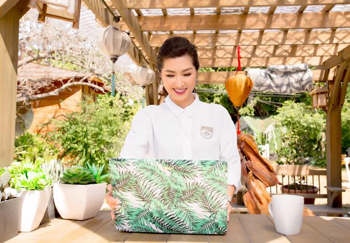 Nữ ca sĩ thường mang laptop ra vườn làm việc để gần gũi thiên nhiên. Ngoài hoạt động nghệ thuật, Nguyễn Hồng Nhung hiện là gương mặt đại sứ cho một thương hiệu sản phẩm chăm sóc móng tại Mỹ.