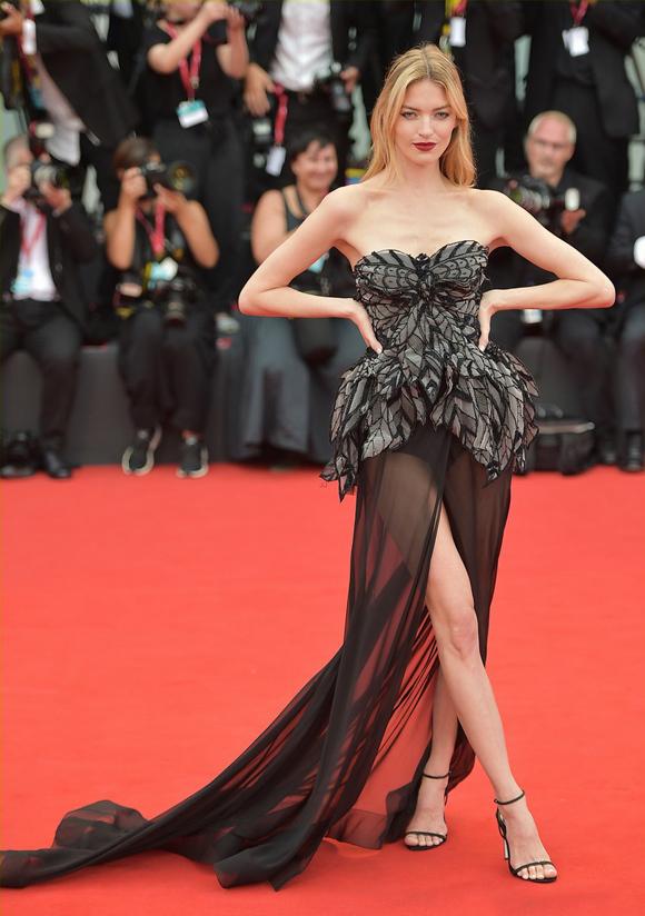 Dàn mẫu nội y chiếm sóng thảm đỏ Venice Film Festival - 4