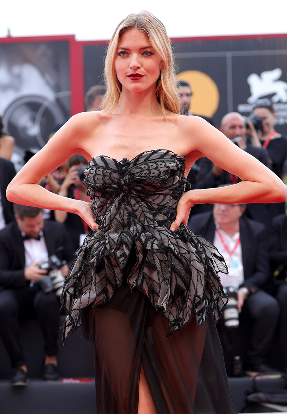 Dàn mẫu nội y chiếm sóng thảm đỏ Venice Film Festival - 5