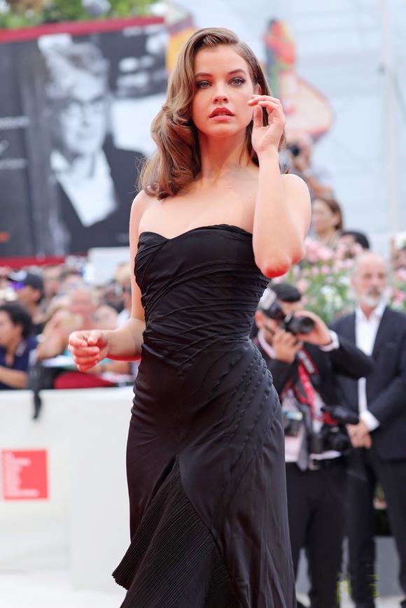 Dàn mẫu nội y chiếm sóng thảm đỏ Venice Film Festival - 7