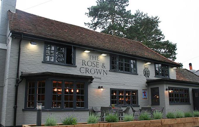 Quán ăn ở làng Winkfield, hạt Berkshire, nơi nhà Harry - Meghan - Archie dùng bữa tối hôm 25/8. Ảnh: Rose&Crown.