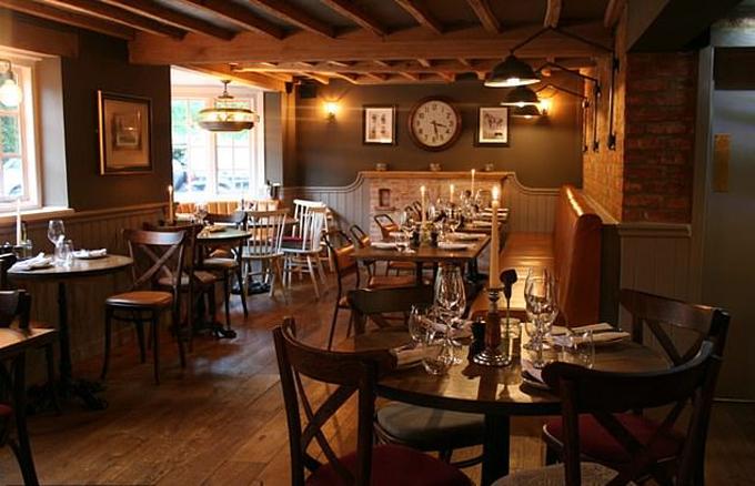 Không gian ấm cúng bên trong quán ăn Rose&Crown, nơi nhà Sussex ăn tối hôm 25/8. Ảnh: Rose&Crown.