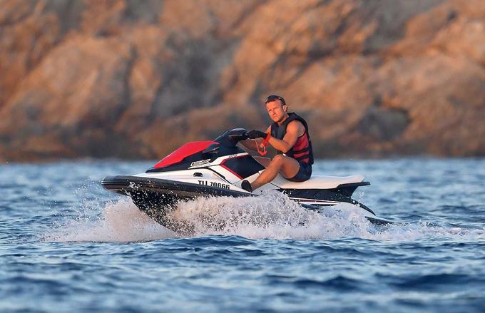 Tổng thống 41 tuổi đi môtô nướcmột mình trên biển.