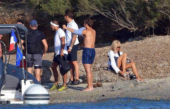 Cả đoàn sau đó lên bờ và ông Emmanuel mặc lại áo, còn bà Brigitte ngồi lau chân bên bờ biển. Đệ nhất phu nhân Pháp vừa trải qua ca phẫu thuật thẩm mỹ trẻ hóa da mặt hồi tháng 7.