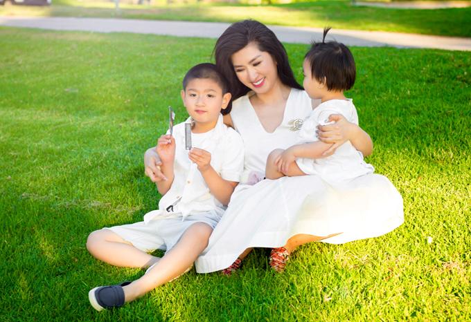 Sau những thăng trầm trong cuộc sống, niềm vui của Nguyễn Hồng Nhung hiện tại là được sống với đam mê ca hát và nhìn hai thiên thần nhỏ lớn lên từng ngày.