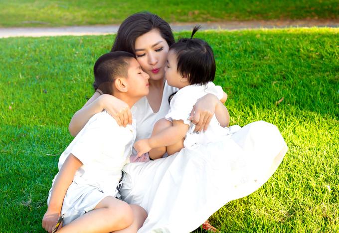Nguyễn Hồng Nhung luôn dạy các con phải thương yêu nhau, dù hai bé là anh em cùng mẹ khác cha.
