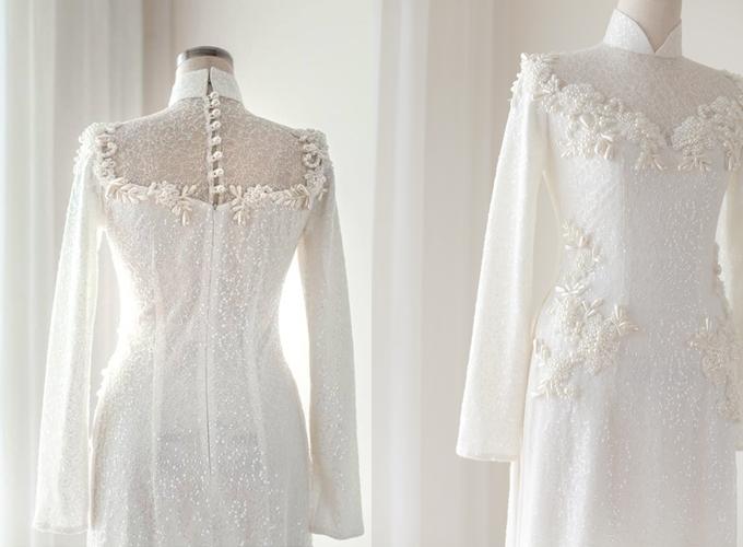 Áo dài trắng được làm từ chất liệu ren cao cấp, có đínhkim sa và ngọctrai ở mặt lưng. Áo có giá bán 5 triệu đồng, giá thuê 2 triệu đồng. Trang phục: Áo dàiLam Khuê