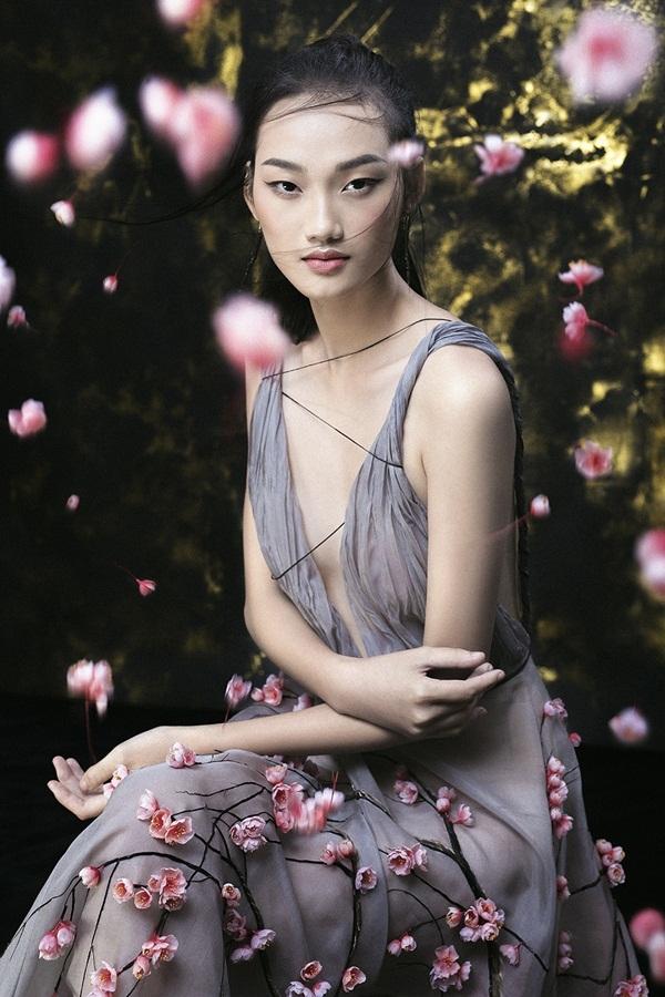 Hình ảnh người mẫu Quỳnh Anh trong trang phục Trần Hùng được đăng trên trang chủ của đơn vị tổ chức show diễn lần này.