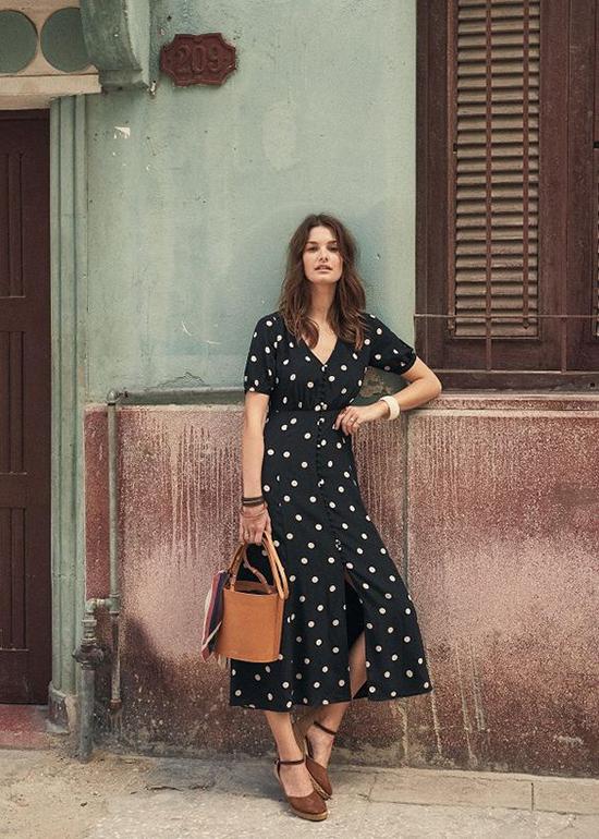 Đầm chấm bi là sản phẩm không thể thiếu trong tủ đồ của các bạn gái yêu phong cách vintage, retro.