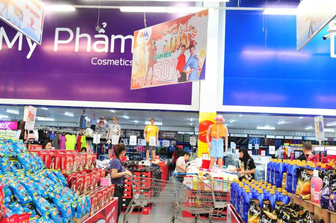 Với các sản phẩm may mặc, khách hàng được mua với ưu đãi mua 2 tính tiền 1 và khuyến mãi giảm đến 50% dành cho tất cả thành viên trong gia đình.