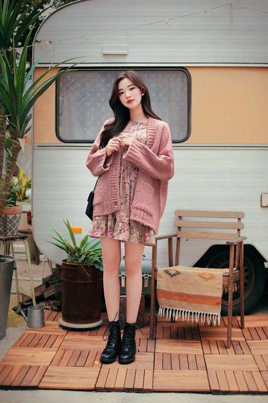 Khi mix áo len cùng váy liền thân dáng ngắn, các nàng nên chọn những mẫu áo dáng rộng mix đồ để thu hút hơn.
