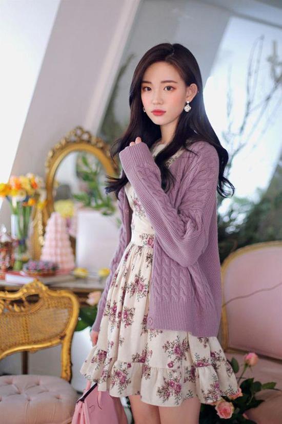 Set đồ cho nàng yêu sự lãng mạn với cách phối cardigan tím đi cùng váy liền thân hoạ tiết hoa nhí xinh xắn.