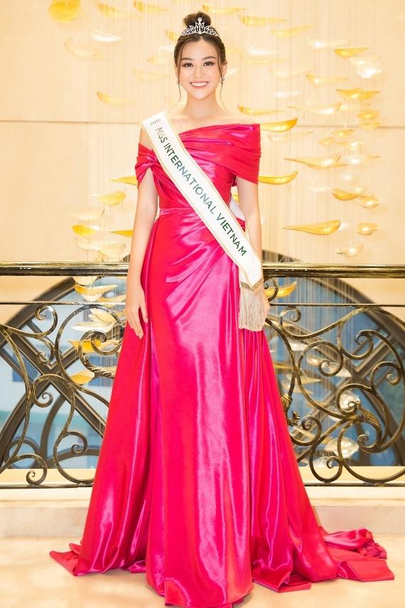 Á hậu Tường San rạng rỡ trong ngày được trao quyền đại diện Việt Nam 2019. Cô năm nay 19 tuổi, cao 1,7m, vừa đoạt