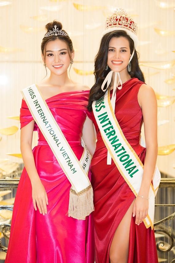 Đương kim Miss International - Mariem Velazco (người Venezuela) sang Việt Nam trao dải băng cho Tường San. Cô đánh giá thí sinh Việt Nam có gương mặt xinh đẹp và hy vọng cô tự tin thể