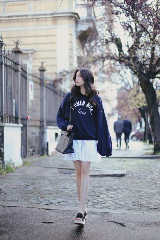 Phối áo nỉ cùng váy ngắn không chỉ giúp chị em tiết kiệm thời gian mà còn mang tới nét trẻ trung, cá tính.