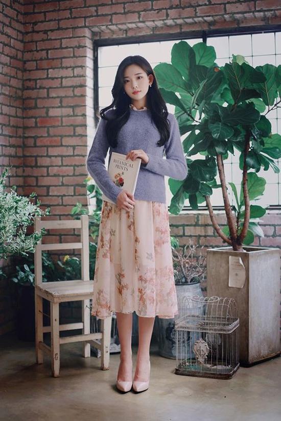 Nếu ngại diện áo hoodie cùng váy ngắn khiến bạn trông quá xì tin thì các nàng có thể chọn những mẫu áo len để phối đồ.