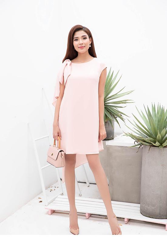 Những mẫu váy thể hiện sự đa dạng về kiểu dáng từ đầm suông, váy xoè, đầm thắt eo đầm sơ mi và đề cao tính dễ ứng dụng.