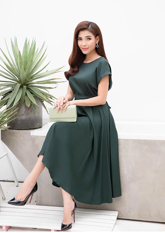 Sắc màu ở bộ sưu tập này cũng đa dạng bởi sự xuất hiện của những mẫu váy đơn sắc nhẹ nhàng, đầm tông màu nóng và đan xen là hoạ tiết kẻ sọc, hoa nhí.