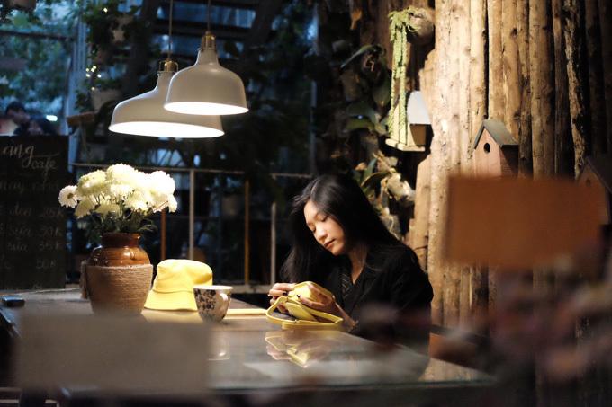 Nàng Cafe: Quán cà phê với tên gọi dịu dàng và tinh tế này của Đà Lạt sẽ là nơi lý tưởng để bạn tìm về với những điều thư thái nhất trong tâm hồn. Không gian quán yên tĩnh kết hợp cùng lối thiết kế tối giản, mộc mạc nhưng đầy tinh tế chính là điểm nhấn của Nàng Cafe. Một trong những món nước ấn tượng tại đây là cà phê trứng - thức uống có sự hòa quyện của chút cà phê thơm nồng, vị béo ngậy của bọt trứng. Ngoài cà phê trứng, Nàng Cafe vẫn phục vụ những món nước, món trà cùng vài chiếc bánh xinh xinh tự nướng. Địa chỉ của quán là 252 Đường Hai Bà Trưng, TP Đà Lạt.