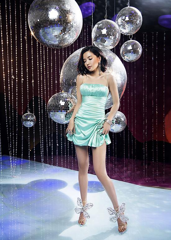 Với tính chất âm nhạc dance pha trộn disco, Bích Phương hoá thân thành cô nàng đỏm dáng và sành điệu khi đi quẩy.