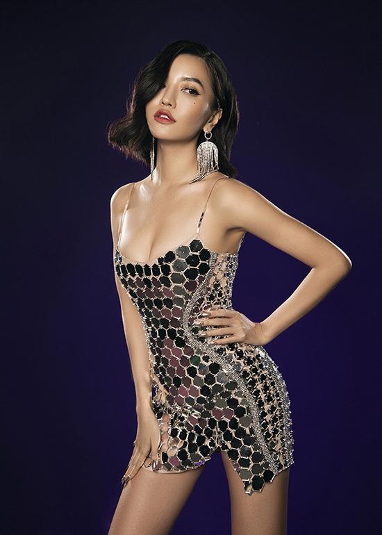 Trong không gian ảo diệu đậm chất fantasy của sắc màu MV, Bích Phương thay đổi hoàn toàn phong cách ăn mặc để mang tới tổng thể hoàn hảo.