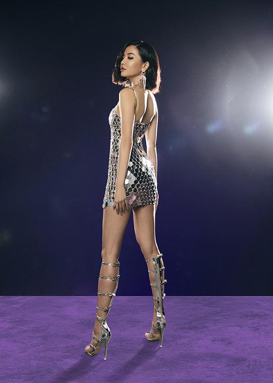Váy mica tráng gương siêu ngắn được mix cùng bốt chiến binh chất liệu metalic vừa khoe body đẹp vừa mang lại hiểu ứng ánh sáng cho các cảnh quay.