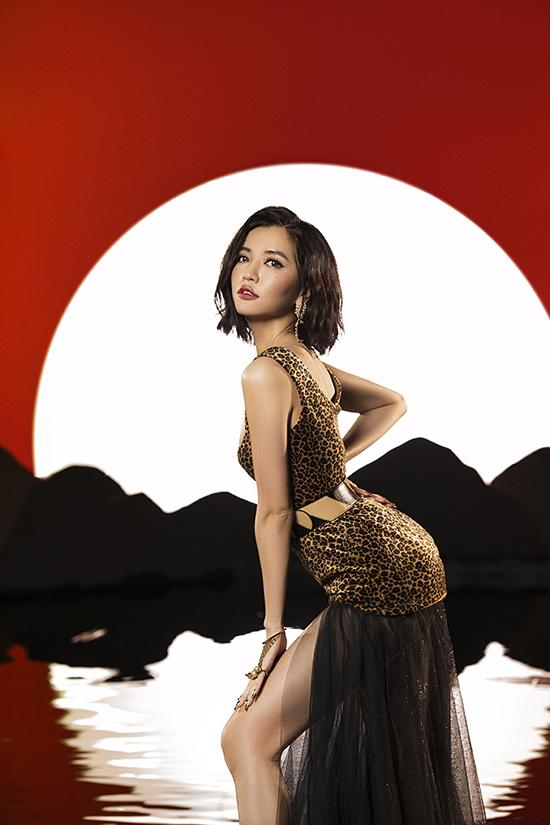 Ngoài các mẫu đầm siêu ngắn, váy xẻ cao cũng được ca sĩ lựa chọn để khoe chân thon trong các cảnh quay ở MV Đi đu đưa đi.