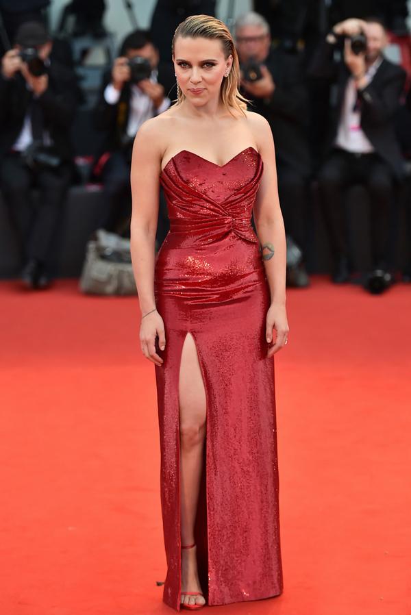 Scarlett Johansson khoe dáng trong bộ đầm xẻ bó sát.