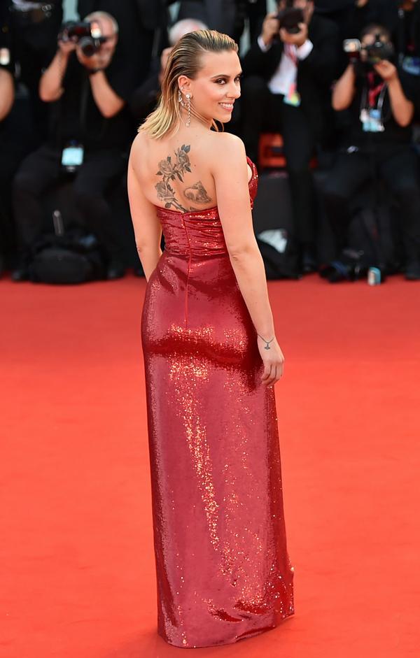 Nữ diễn viên 34 tuổi để lộ hình xăm ấn tượng sau lưng.
