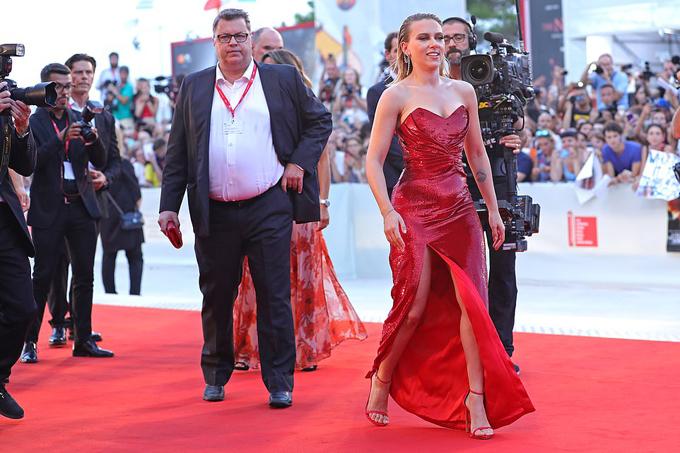 Biểu tượng gợi cảm của Hollywood thu hút sự chú ý của các phóng viên quốc tế và người hâm mộ trên thảm đỏ.