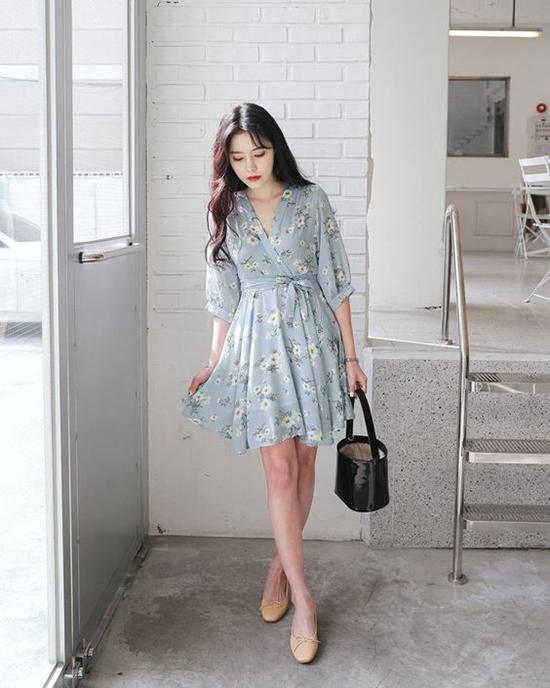 Váy liền chiết eo giúp tôn dáng, thu hút sự chú ý vào vòng eo. Chất liệu vải mềm mại, hoa văn nhẹ nhàng giúp tăng sự nữ tính, duyên dáng cho các cô gái.