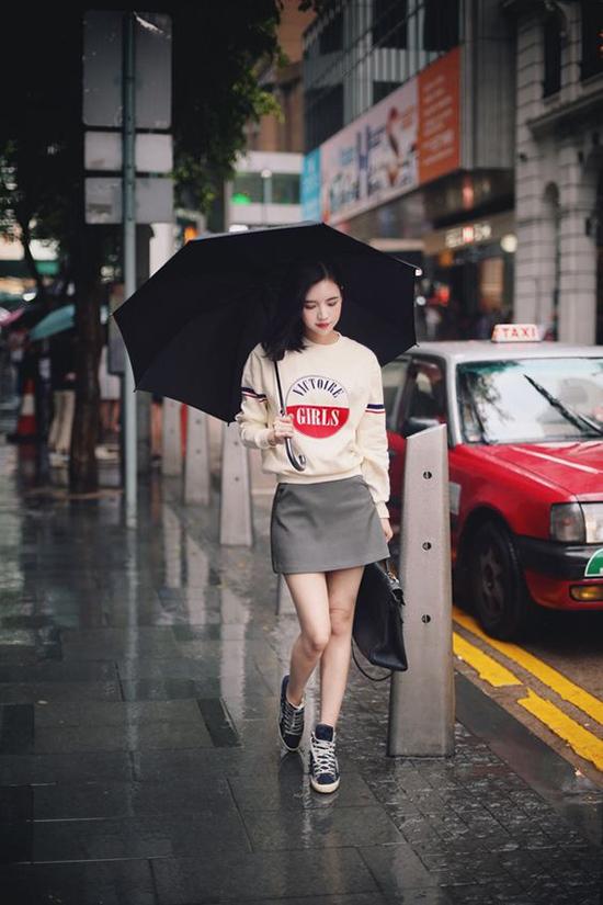 Áo hoodie, chân váy ngắn, giầy thể thao là những món đồ đơn giản và dễ phối cùng nhau để các nàng năng động hoàn thiện trang phục đến văn phòng.