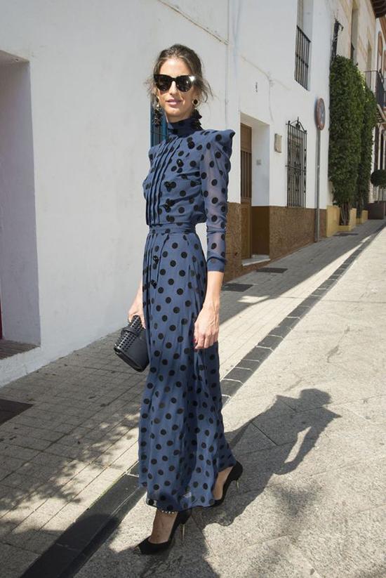 Với dòng thời trang đi tiệc, váy chấm bi lại tạo dấu ấn bởi nét lịch thiệp và trang nhã qua các dáng váy dài.