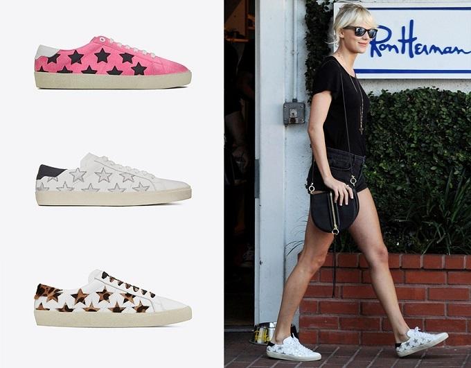 Taylor Swift đơn giản nhưng vẫn cá tính với sneaker ngôi sao từ Saint Laurent.Tinh ý một chút, bạn sẽ biết phụ kiện để hoàn thiện set đồ với phong cách skater miền Nam California là court-sneaker biểu tượng từ Saint Laurent,đôi giàymõm tròn được thêu họa tiết ngôi sao phá cách tiệp với chiếc hoodie in cùnghọa tiết .