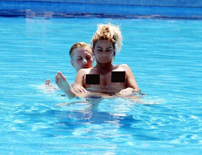 Dù chưa lành hẳn, cô vẫn xuống bể bơi cùng chàng người tình Kris Boyson.