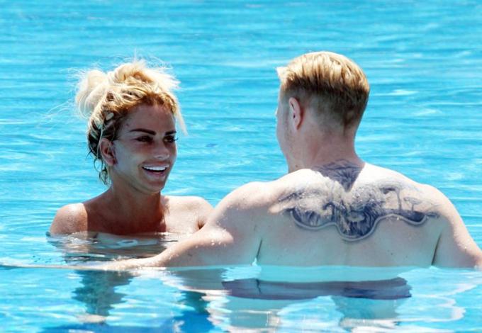 Kris Boyson không ủng hộ Katie đi sửa mặt nhưng anh vẫn nhiệt tình hộ tống cô tới Thổ Nhĩ Kỳ khám lại. Cặp đôi này vừa đính hôn vào tháng 7. Trước đó, cô từng kết hôn với võ sĩ Alex Reid (2010-2011) và ca sĩ Peter Andre (2005-2009).