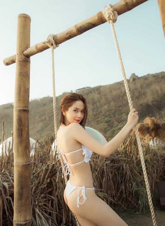 Nữ người mẫu tự tin với vóc dáng gợi cảm, làn da trắng nuột nà.