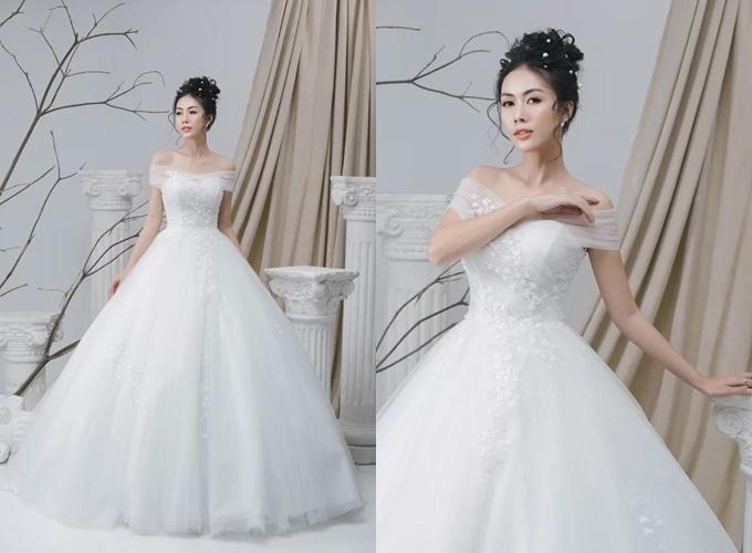 Mẫu đầm xòe tái hiện kiểu váy cổ tích của Cinderella, là ước mơ của hàng triệu cô dâu trên thế giới. Thân váy được điểm họa tiết hoa ren nhí, tái hiện khu vườn hoa mùa hạ khoe sắc hương. Bộ đầmđược diện kết hợp với tùng để tạo độ phồng.Váy được bán với giá 20 triệu đồng, giá thuê 12 triệu đồng. Trang phục: Luci Lily Bridal