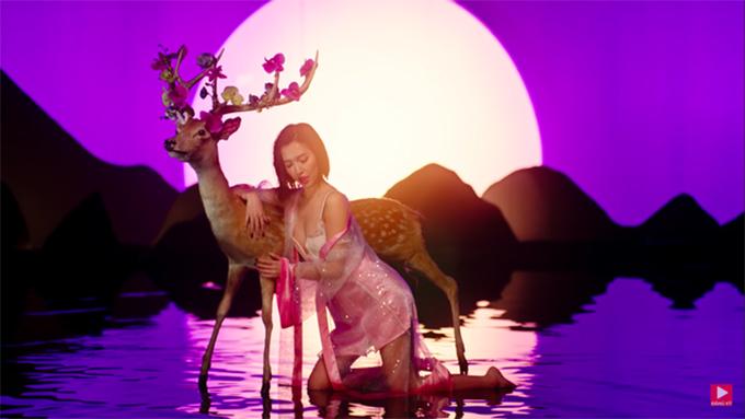 Một trong những cảnh quay thu hút nhất trong MV là hình ảnh Bích Phương vô cùng sexy với váy ren và áo xuyên thấu bên chú nai.