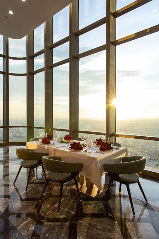 Bữa tiệc trà chiều ở Vinpearl Luxury Landmark 81 được thiết kế tinh tế để khách hàng cảm nhận trọn vẹn nét văn hóa đặc sắc bắt nguồn từ Anh quốc nhưng lại có cảm giác nhẹ nhàng và riêng tư đặc trưng của tiệc trà chiều trên độ cao hàng trăm mét, với tầm nhìn bao trọn thành phố.