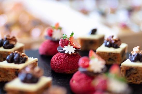 Những vị trà lừng danh Earl Grey, English Breakfast, Jasmine, Pure Green Tea, Mint, Chamomile sẽ càng thêm đậm đà khi bạn thưởng thức cùng các loại bánh hảo hạng do những đầu bếp giỏicủa khách sạn 5 sao Vinpearl Luxury Landmark 81 làm.
