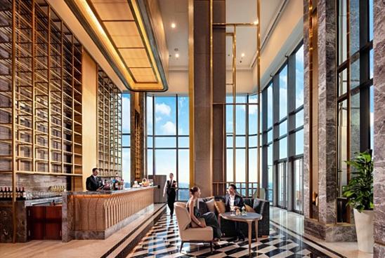 Riêng trong ngày Quốc khánh 2/9, khách sạn Vinpearl Luxury Landmark 81 sẽ thết đãi thực khách một không gian tiệc trà gắn kếtngay tại sảnh đón tiếp hiện đại và sang trọng Far East Lounge tầng 48.