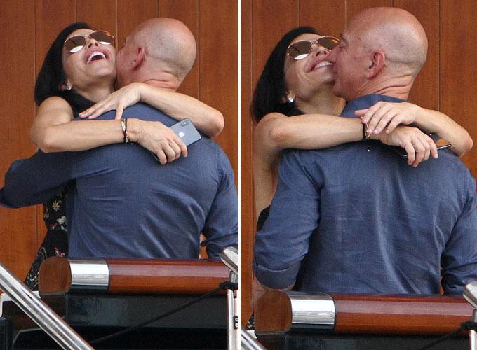Ông Jeff, 55 tuổi, và bạn gái dường như lạc trong thế giới của riêng họ khi công khai hôn, ôm chặt nhau và cười nói trên du thuyền. Cặp đôi sau đó rời tàu để đi ăn tối cùng một cặp đôi trông có vẻ ít tuổi hơn.