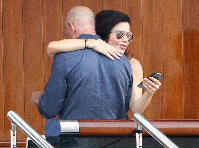 Tối 29/8, tỷ phú Amazon Jeff Bezos cùng bạn gái Lauren Sanchez được nhìn thấy lên một chiếc du thuyền trị giá 70 triệu USD ở Venice, Italy, một trong những điểm đến nằm trong chuyến nghỉ dưỡng lãng mạn của cặp đôi vào mùa hè này.