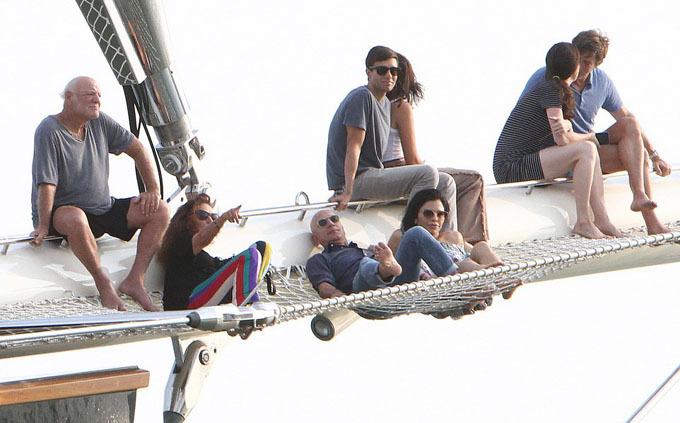 Trong khi đó tỷ phú Jeff Bezos cũng ăn mặc thoải mái với áo sơ mi màu xanh đậm, quần jeans và đeo thắt lưng màu nâu. Đây cũng là bộ đồ ông đã mặc trước đó khi cùng Lauren và vài người khách ngồi trên mũi du thuyền để thư giãn, trò chuyện và ngắm mặt trời lặn.